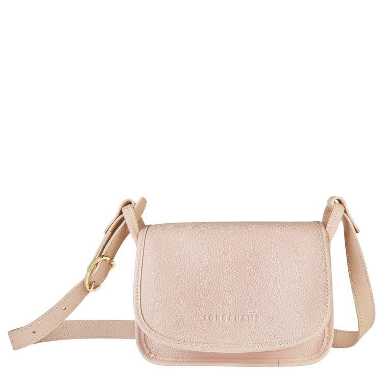 LONGCHAMP Le Foulonné淡粉紅色斜背袋S尺寸,15,000元。...