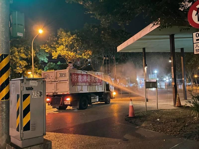 宜蘭昨再傳2例確診,清潔隊在確診案足跡進行消毒。圖/宜蘭縣政府提供