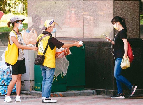 賣手工餅乾的憨兒在街頭頻頻推銷,呼喊「大哥哥、大姐姐」,就是沒人要買餅乾 。...