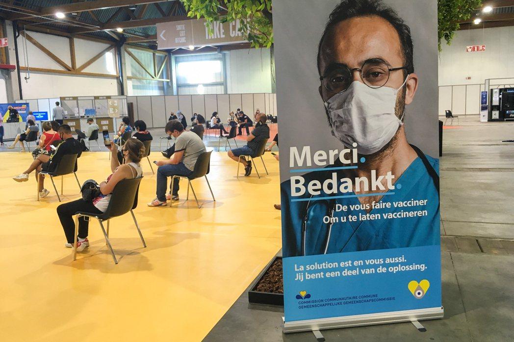 歐盟疾管局23日呼籲歐洲各國加快接種進度,圖為比利時布魯塞爾一處疫苗接種中心。新...