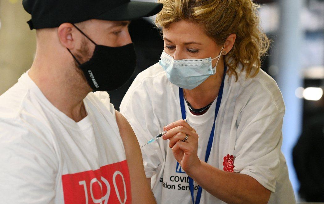 根據公衛專家,今年秋天很可能需要施打新疫苗追加劑,各國政府應及早籌備。 (歐新社...