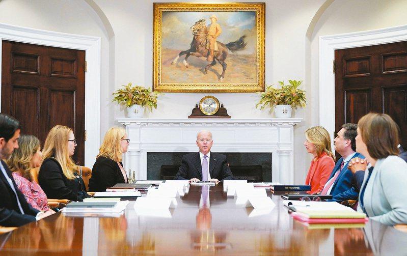 美國總統拜登(中)廿二日在白宮主持會議。金融時報報導,拜登對中政策將進入新階段,並且開始尋求與大陸高層官員會面。(法新社)