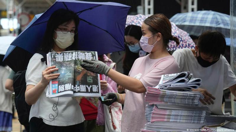 香港唯一的自由丶民主派大型媒體《蘋果日報》今天(24日)發行最後一份報紙,正式吹熄燈號。圖/德國之聲中文網
