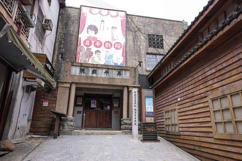 九份懷舊的古老建築「昇平戲院」。記者李政龍/攝影