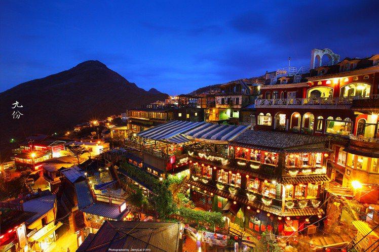 九份老街人氣必訪景點「阿妹茶樓」,過往燈火通明的夜色。圖/CC BY Jerry...