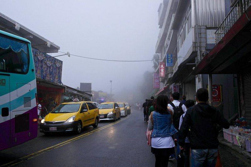 九份老街一日遊,過往滿街小黃排隊載客的盛況。圖/CC BY Aaron Lin授權