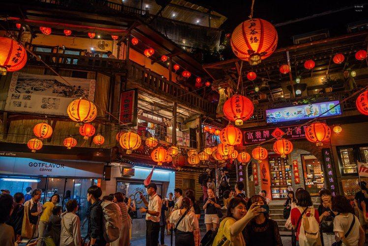 九份老街過往燈火通明的夜色。圖/CC BY Youxing Tu授權