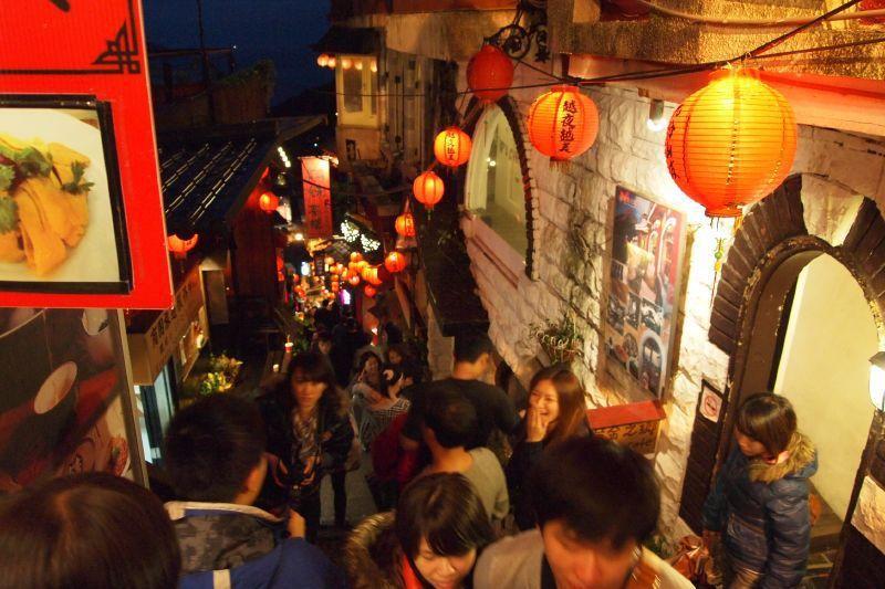 過往九份老街滿滿人潮,三五成群好友開心遊訪。圖/CC BY y.emil授權