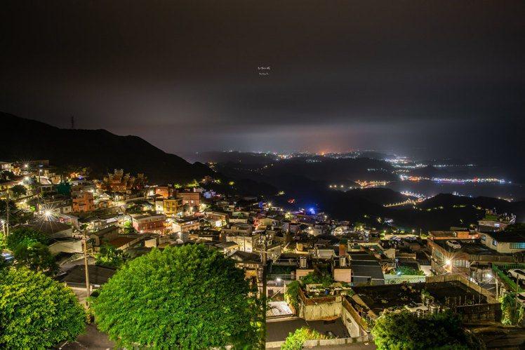 夜晚遠眺九份山城景色。圖/CC BY Youxing Tu授權
