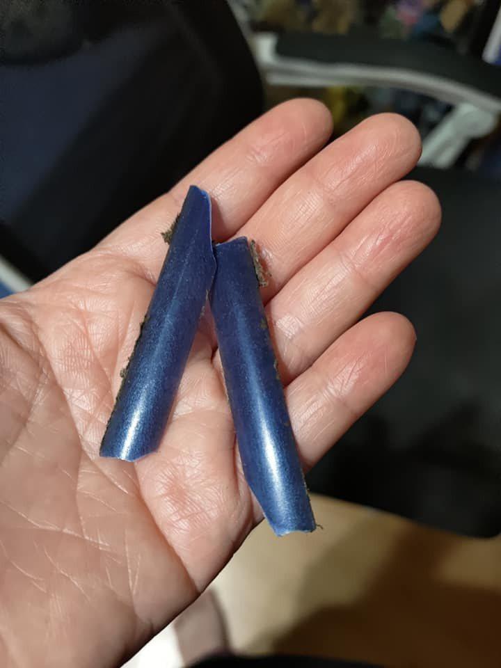 一名網友把手伸進去冷氣裡,結果噴出這2塊藍色塑膠片。圖擷自爆系知識家