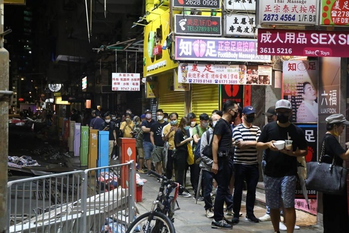 為購入最後一期香港蘋果日報 旺角報攤深夜大排長龍