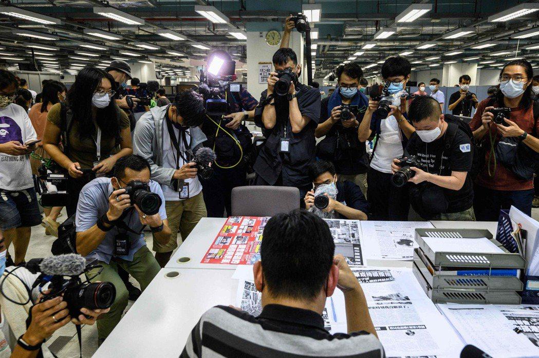 出刊前一天晚上,蘋果大樓裡的編採部正如火如荼地趕工,在各大媒體記者的鏡頭注目下,...