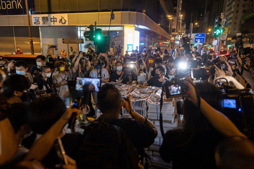 「與其說不捨得《蘋果》,不如說不捨得沒有《蘋果》的香港。」 圖/歐新社