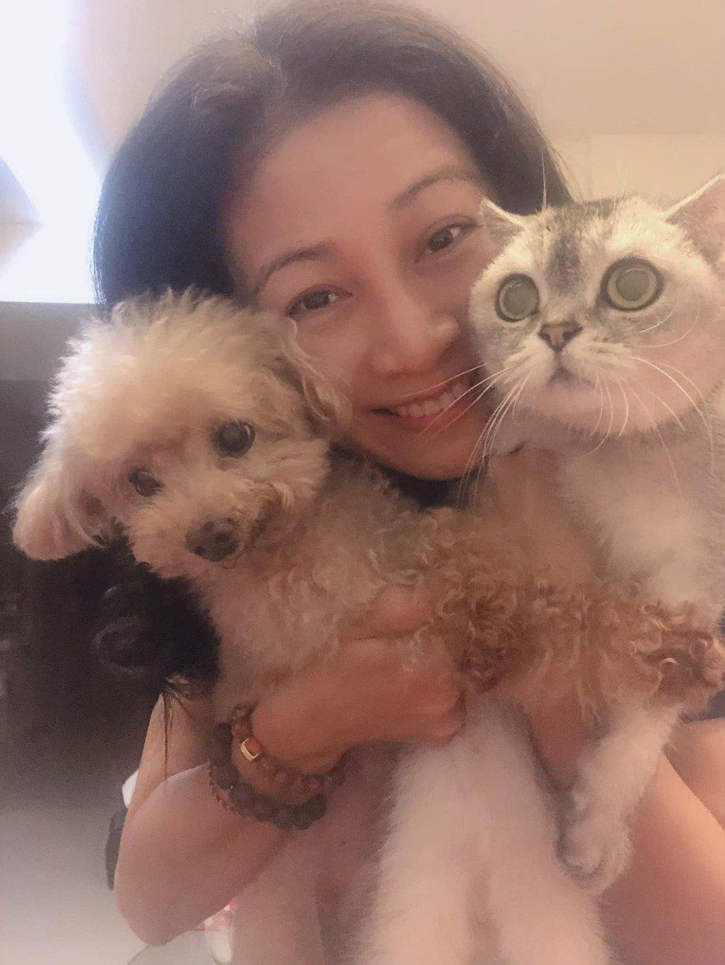 方文琳與兩隻愛貓。 圖/擷自方文琳臉書