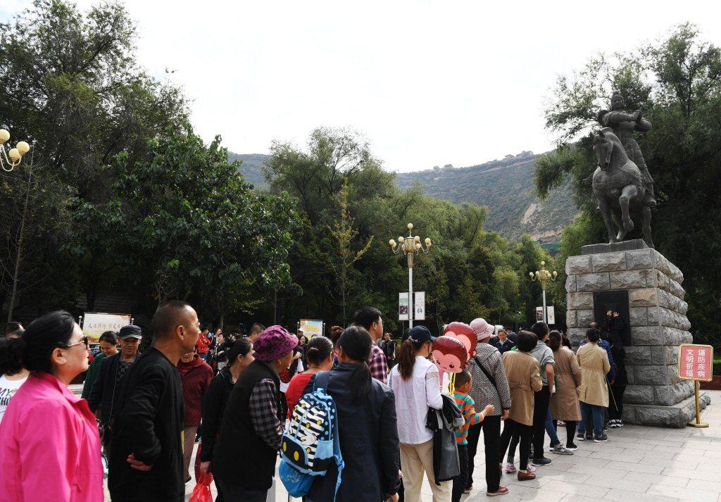 甘肅省蘭州市的五泉山有一尊霍去病雕像,民眾會跑去觸摸、拍打討個吉利,讓自己因「去病」二字而身體健康。 圖/中新社