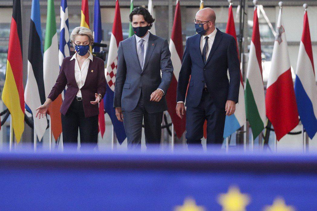 歐盟委員會主席馮德萊恩在6月15日閉幕的歐盟—加拿大峰會(歐加峰會),罕見地呼籲各國「離開像中國這樣的生產商」。 圖/美聯社