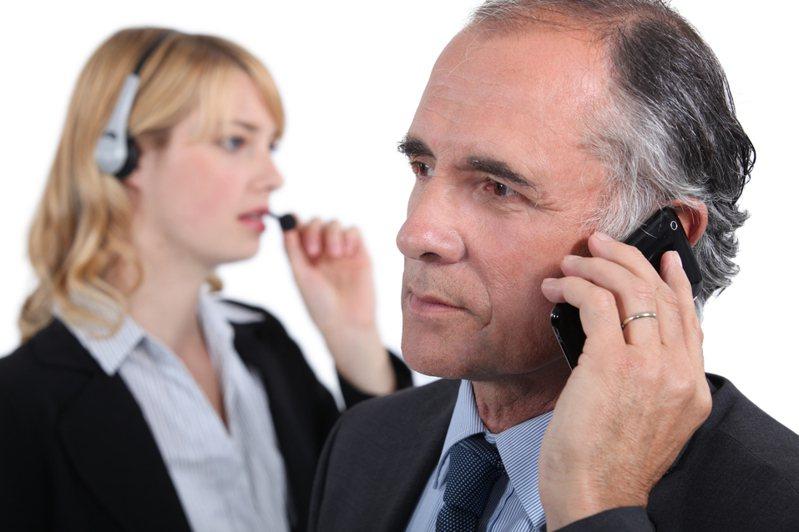 一名網友表示朋友申請勞工紓困貸款未通過,沒想到卻接到同家銀行的信貸推銷電話。示意圖/ingimage