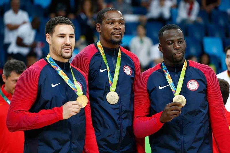 美國男籃在2016年里約奧運會中8戰全勝奪金,當年的陣容中只有杜蘭特(中)和格林(右)還會再參加這次東京奧運,換血幅度很大。 歐新社資料照片