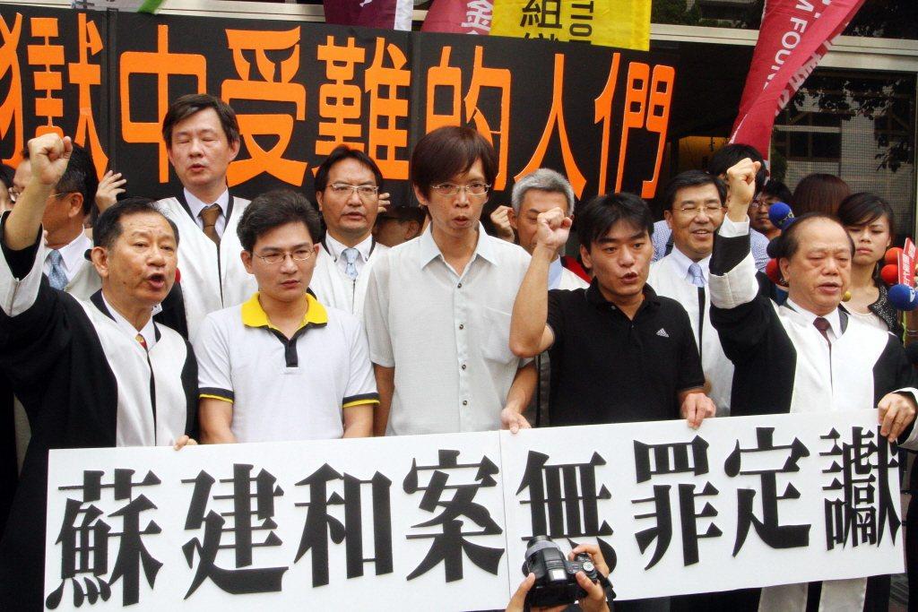 2012年吳銘漢夫婦命案再更三審宣判,劉秉郎(前左二起)、蘇建和與莊林勳三人獲判無罪。 圖/聯合報系資料照