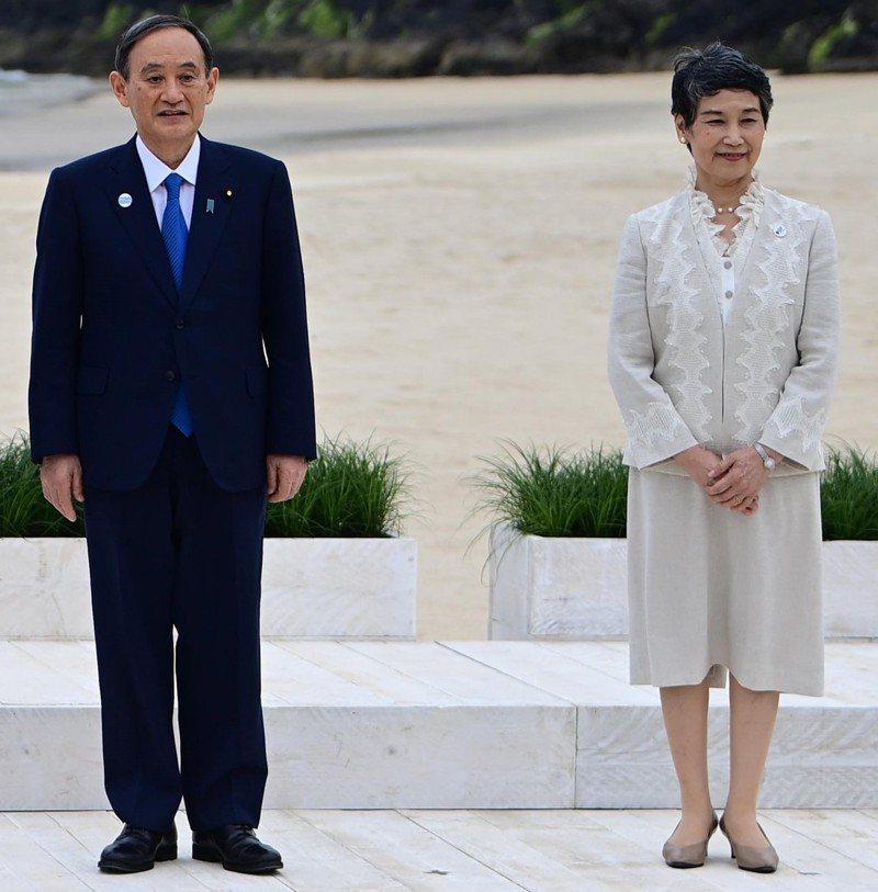 過去30幾年鮮少露面、不沾染政治的菅真理子(右),兩度陪伴菅義偉的首相出訪,外交禮儀和社交氣質出眾。 歐新社