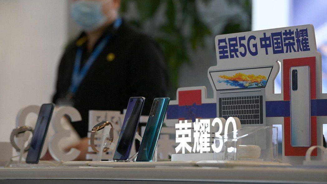 榮耀16日發表新一代榮耀50系列手機,早前在京東和榮耀商城預購人數已高達112萬...