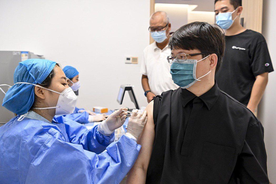 廣州近期加快施打新冠疫苗,廣東省近日亦發布統計,全省新冠病毒疫苗累計接種突破1億...
