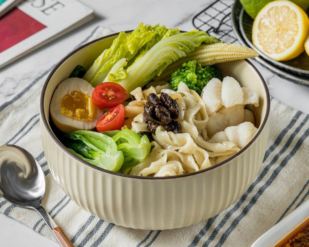黑金蒜頭鍋煮刀削湯麵。