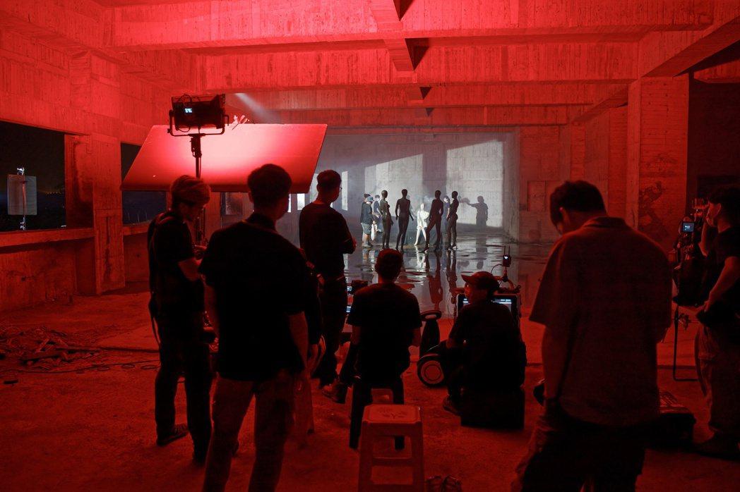 視訊系團隊討論道具與演員之間的站位。 崑山科大/提供。
