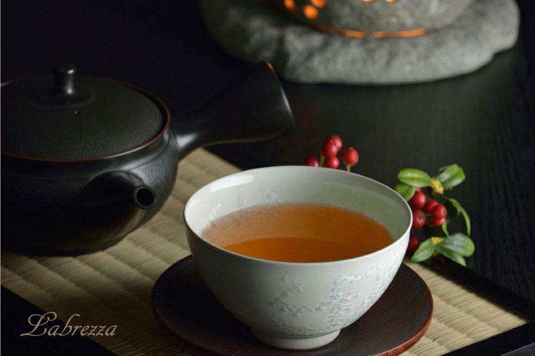 茶葉陳放時進行非酵素性褐變反應,湯色逐年轉為琥珀色澤。風玥茶研所/提供
