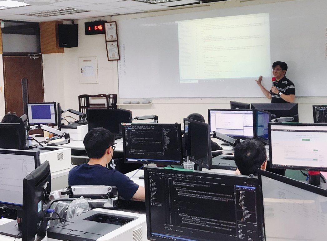 勞動部「產業新尖兵試辦計畫」提供青年符合未來產業需求的課程,內容包含數位資訊、電...