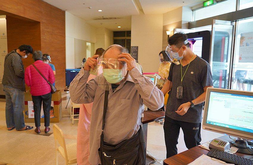 聯新國際醫院即日起入院看病提供防護面罩,讓民眾多層防護更安心。 聯新國際醫院/提...