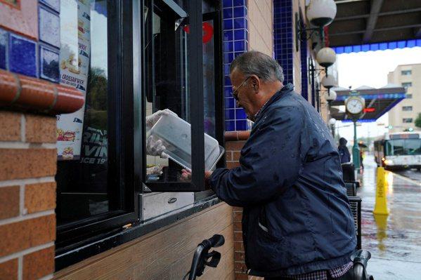 許多失業的美國民眾須靠接濟食物過日子。(路透)