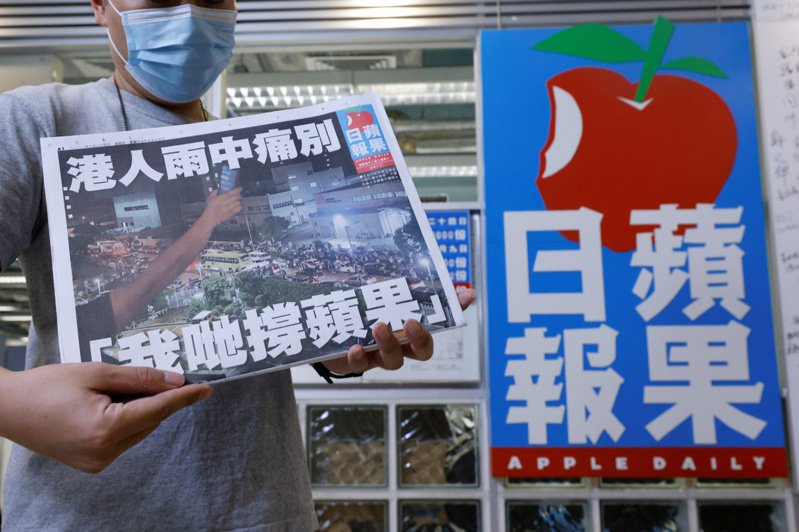 香港《蘋果日報》,在6月24日畫下句點,以破紀錄的100萬份發行量結束26年的歷史。《蘋果》最終章的內容,各大版面——包括港聞版、國際版、娛樂版、體育版等——除了更新新聞近況,也都回顧了蘋果如何參與時代見證。(路透)