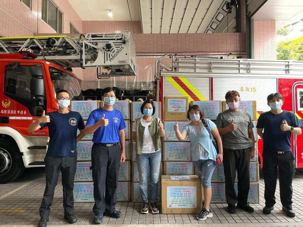 藝人楊貴媚(左3)日前號召藝人共同購買消防防疫物資捐贈給雙北市消防局的打火兄弟,