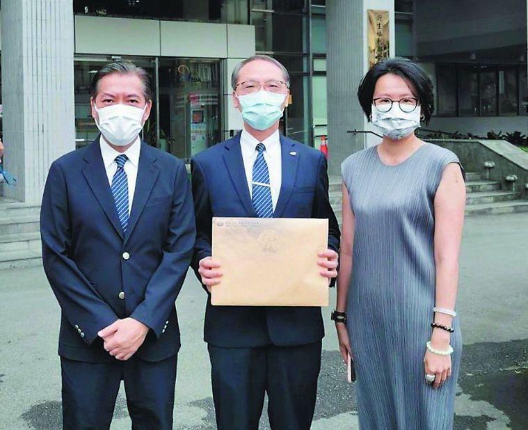 慈濟基金會執行長顏博文(中)、副執行長何日生(左)及律師陳昱瑄,昨天上午到食藥署...