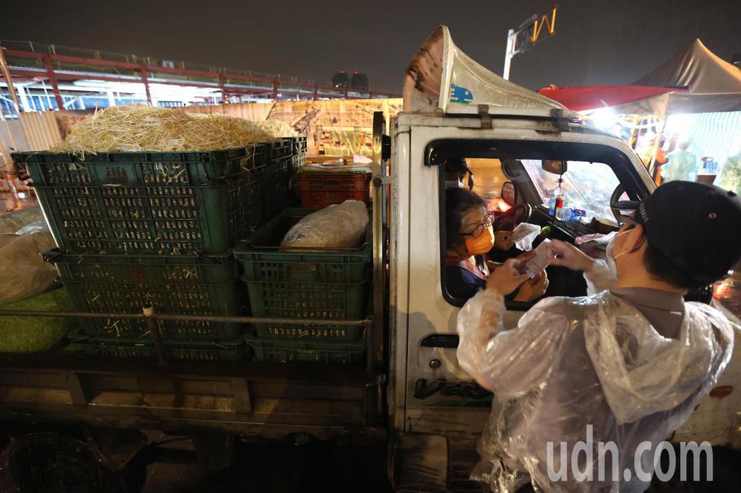 台北第一果菜市場門口嚴格把關,未持有6月20日以後檢驗陰性證明者不得進場。記者林...