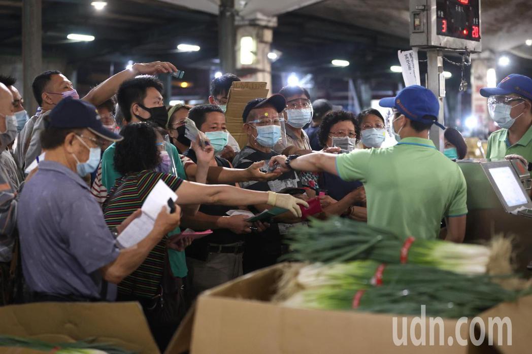 台北第一果菜市場人流較往常減少,但交易依舊熱絡。記者林澔一/攝影