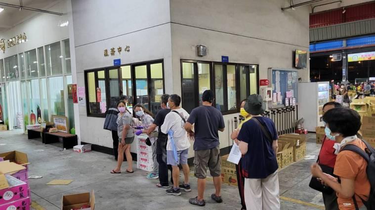民眾排隊等候申請通行證。記者江婉儀/攝影