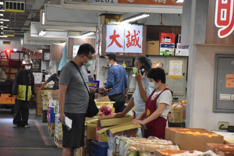 受下雨影響,來板橋果菜市場的人潮減少,相較冷清。記者江婉儀/攝影