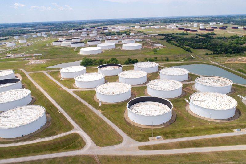 國際油價攀抵逾兩年半高點。(路透)