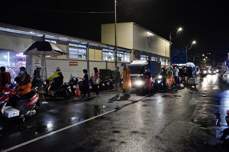 萬大第一果批發菜市場的出入口外都有等待入場的攤商在排隊。記者鍾維軒/攝影
