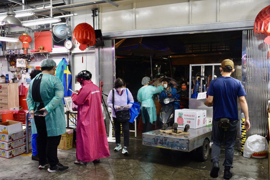 萬大第一果菜批發市場出入口嚴格管制進出人員,凡進入市場內一律得出示6月20日後的...