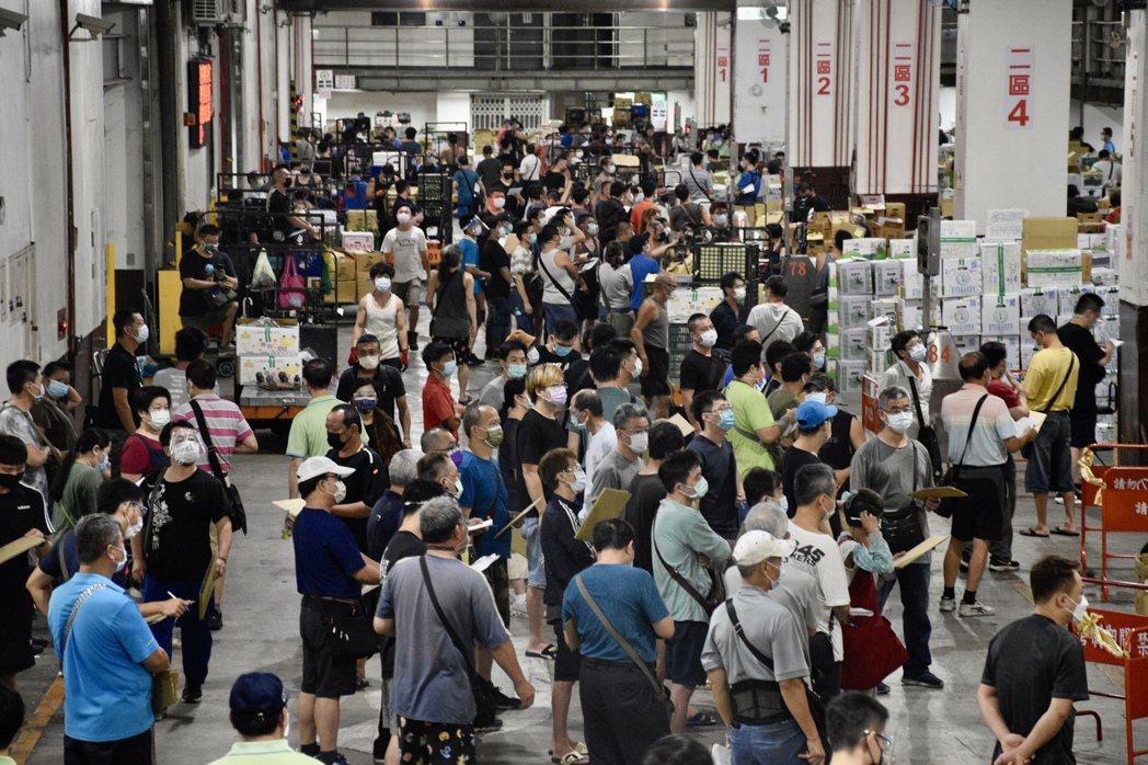 濱江第二果菜批發市場內的承銷商相當多,難以維持社交距離。記者鍾維軒/攝影