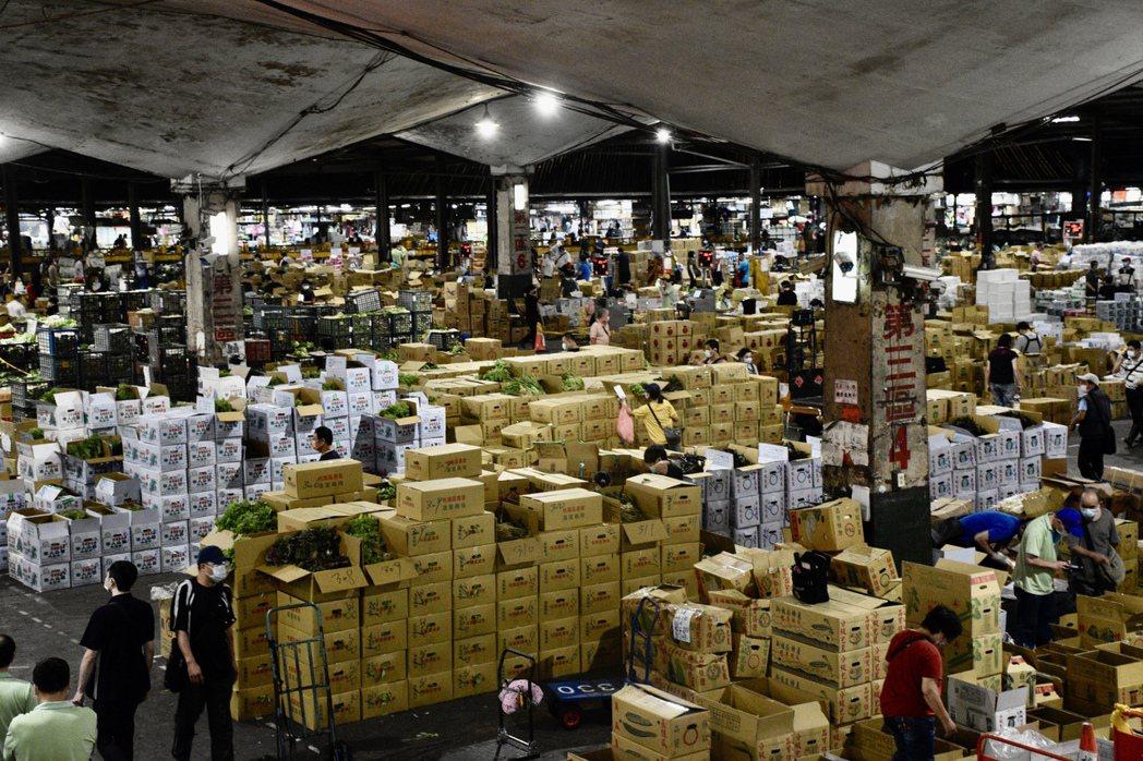 即使有管制措施,萬大第一果批發菜市場內仍有不少承銷商購買蔬果。記者鍾維軒/攝影