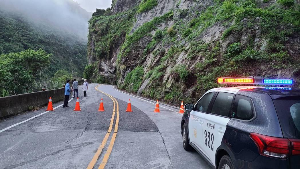 警方已緊急封閉2側道路禁止人車進入,由工務段積極搶修當中。呼籲民眾、用路人因遵守...