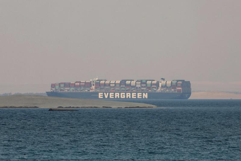 3月下旬在蘇伊士運河擱淺的長賜輪。美聯社