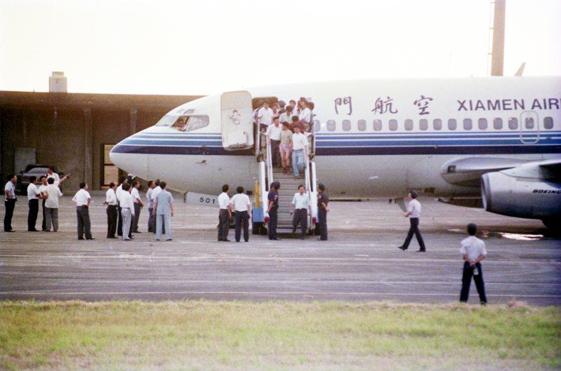 大陸廈門航空公司的波音737-200型客機24日下午由江蘇常州飛往廈門時遭到劫持,嫌犯在經過航空警察局偵訊後移送桃園地檢署偵辦。圖為被劫持的客機。圖/聯合報系資料照片