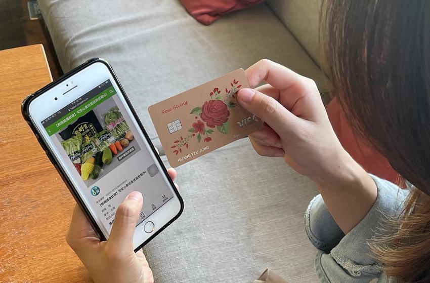 刷台新銀行玫瑰Giving信用卡上網買菜,最高回饋3%。台新銀行/提供