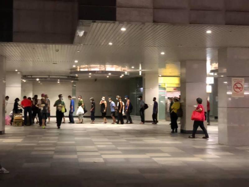 天行者出任務每晚發熱便當,基隆街友口罩面罩防疫。圖/天行者慈善協會提供