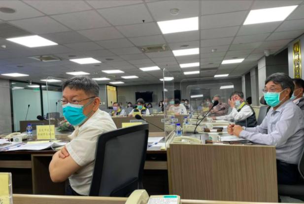 台北市長柯文哲(左)昨赴疾管署開會,針對跨縣市疫調等問題,與中央達成建立全台疫調平台三點共識。圖/引用自柯文哲臉書